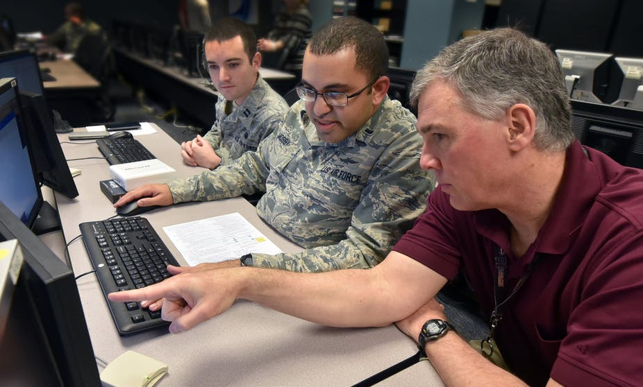 Cours sur les cyberattaques, US Air Force, 2018. Al Bright/US Air Force, CC BY-NC